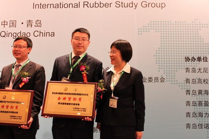 青岛国际橡胶交易市场副总经理张浩(中)接受